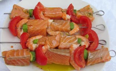Brochettes de saumon et crevettes en marinade